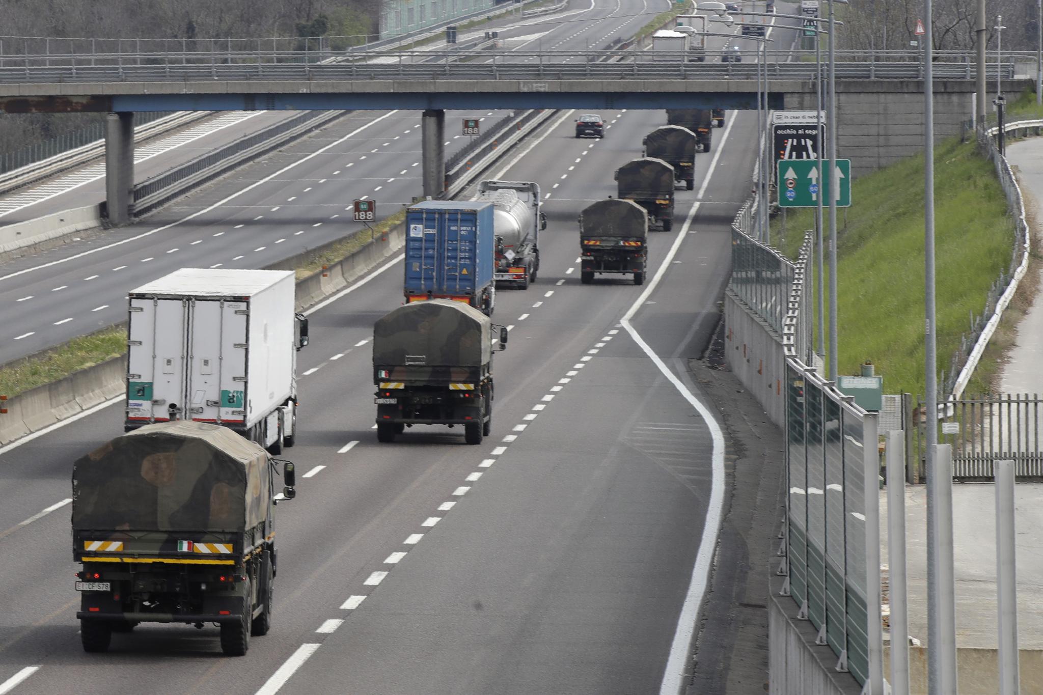 이탈리아 군용 트럭들이 26일(현지시간) 신종 코로나바이러스 감염증(코로나19) 사망자 시신들이 안치된 관들을 싣고 포화 상태인 베르가모 공동묘지를 떠나 다른 지역 화장터로 향하고 있다. [AP=연합뉴스]