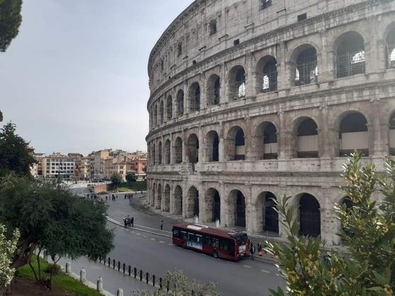 전국 이동제한령이 발효된 첫날인 지난 10일 이탈리아 로마의 상징인 콜로세움 주변에 인적이 드문 모습이다. [연합뉴스]