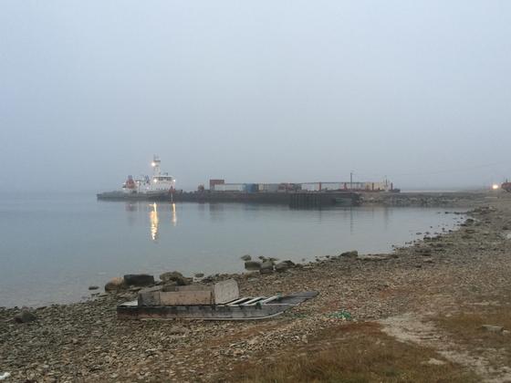 캠브리지베이 항구에 배가 정박해 있다. 작은 항구마을이지만, 미국 동부와 북극을 이어주는 북서항로의 중간 지착지이기도 하다. [사진 한국해양수산개발원]