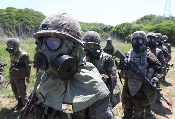 지난 2013년 경기도 파주시 인근 훈련장에서 미 제1-38포병대대와 제23화학대대가 제독훈련을 실시했다. 생물무기를 비롯한 적의 화생방 공격에 대응하기 위해 실시된 훈련에는 한국군 9사단 병력도 참여했다. [중앙포토]