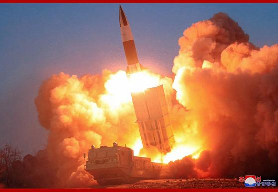 지난 21일 김정은 북한 국무위원장이 지켜보는 가운데 북한은 전술유도무기라 부르는 북한판 에이태큼스(ATACMSㆍ19-4) 2발을 사격했다. [사진 조선중앙통신]