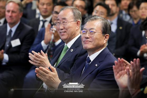문재인 대통령이 지난해 9월 23일(현지시간) 뉴욕 허드슨 야드에서 열린 P4G(녹색성장 및 글로벌목표 2030을 위한 연대) 정상회의 준비행사에서 박수치고 있다. [뉴스1]