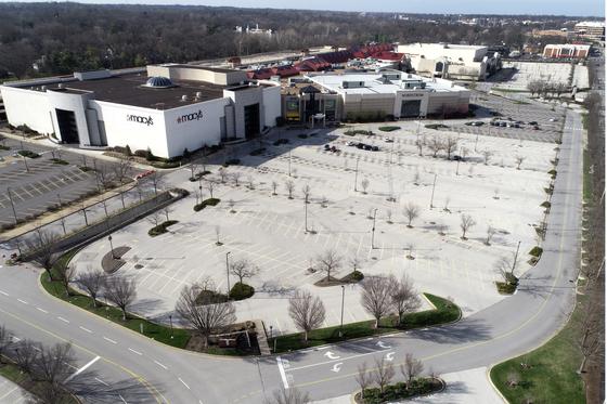 코로나19에 따른 외출자제령으로 미국 세인트루이스시 최대 쇼핑몰인 갤러리아몰이 휴업에 들어갔다. 쇼핑몰 주차장이 텅 비어있다. [AP=연합뉴스]