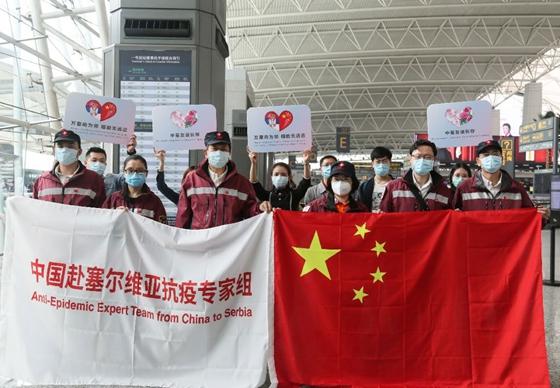 지난 21일 세르비아의 수도 베오그라드에 도착한 중국 의료진이 오성홍기를 펼쳐 보이고 있다. [중국 인민망 캡처]