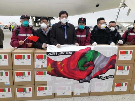 유럽에서 신종 코로나 사태로 가장 많은 사망자를 내고 있는 이탈리아를 지원하기 위한 중국의 세 번째 의료팀이 지난 25일 밀라노에 의료 물자와 함께 도착했다. [중국 인민망 캡처]