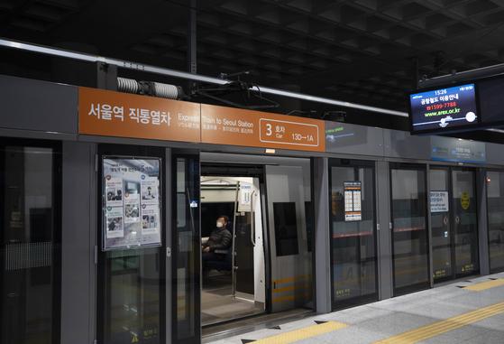 지난 1일 오후 인천국제공항 1터미널 공항철도 서울역 직통열차에서 한 승객이 마스크를 쓴 채 앉아 출발을 기다리고 있다. 연합뉴스