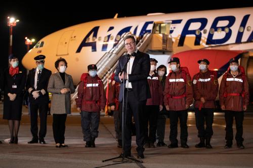 """알렉산다르 부치치 세르비아 대통령이 베오그라드 공항에 직접 나와 중국 의료진을 환대하고 있다. 그는 시진핑 중국 국가주석을 '형제이자 친구""""라고 불렀다. [로이터=연합뉴스]"""