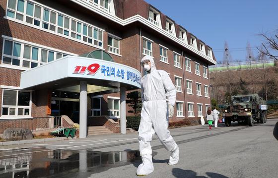 지난달 20일 오전 신종 코로나바이러스 감염증(코로나19) 우려로 격리됐던 환자들이 모두 퇴소한 광주 광산구 광주소방학교 생활관 방역을 위해 관계자가 준비를 하고 있다. 뉴스1