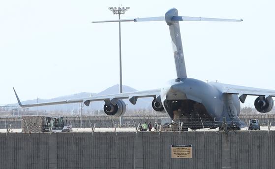 루마니아가 보낸 C-17 수송기가 27일 인천공항에서 한국산 방호복과 코로나19 진단키트를 싣고 있다. [뉴스1]