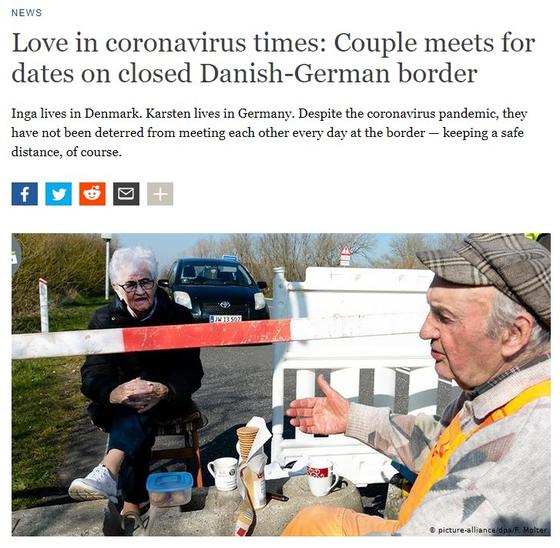 독일 도이체벨레는 30일(현지시간) 닫힌 국경에서 매일 만나 사랑을 나누는 80대 연인 한센 카르스텐과 잉가 라스무센의 사연을 보도했다. 사진은 이들이 국경을 나타내는 막대기를 사이에 두고 담소를 나누는 모습. [도이체벨레 홈페이지 캡처]