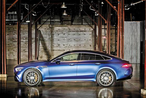 올해의 수입차 더 뉴 메르세데스-AMG GT 4도어 쿠페의 옆모습. 4도어 쿠페의 '원조' 브랜드답게 완성도 높은 디자인을 자랑한다. 뒷자리가 생겼지만 쿠페와 동일한 주행 성능, 다양한 편의 및 안전장비까지 갖췄다. [사진 메르세데스-벤츠]