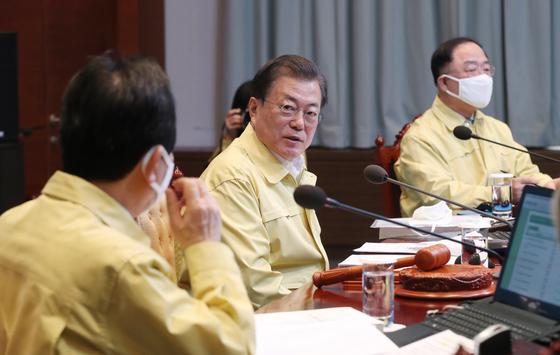 문재인 대통령이 31일 청와대에서 열린 국무회의에서 정세균 총리와 대화하고 있다. [연합뉴스]