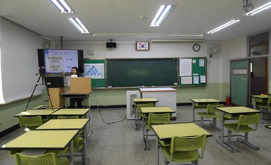 30일 오전 서울 성북구 종암중등학교에서 교사가 온라인 원격수업을 하고있다. 정부는 코로나19 확산 우려에 4월 6일 개학 여부를 조만간 결정해 발표할 것으로 알려졌다. 김성룡 기자