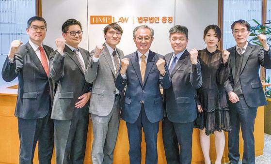 충정 에너지·발전 전담팀에서 활동하는 김세용·정진혁·권동휘·조치형·안종석·이선주·이재성 변호사(왼쪽부터)가 파이팅을 외치고 있다. [사진 충정]