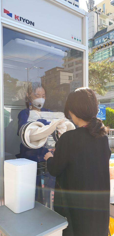 부산 남구보건소와 고려기연이 새로 개발한 검체채취 부스를 테스트 하고 있다. 송봉근 기자