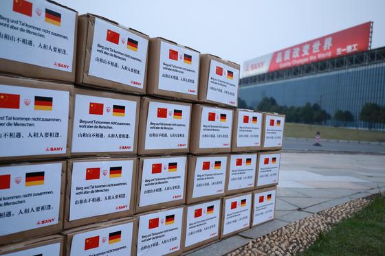 지난 14일 중국 후난성 장사의 산업단지에 코로나19 확산으로 고통을 겪는 독일에 보낼 구호물자가 쌓여 있다.신화=연합뉴스