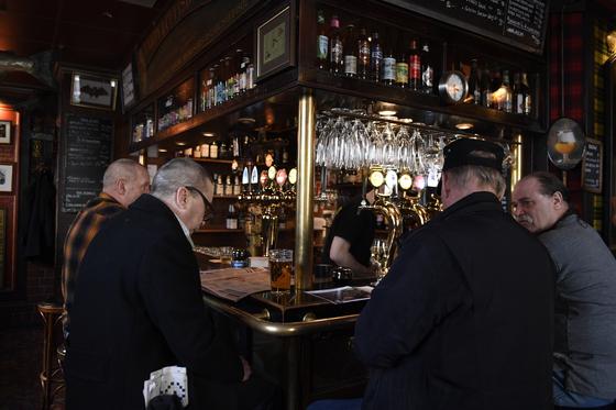 23일(현지시간) 스웨덴 스톡홀름 중심부의 식당에서 시민들이 맥주를 즐기는 모습. [AP=연합뉴스]