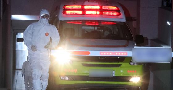 코로나19 환자 이송하는 119구급차. [뉴스1]