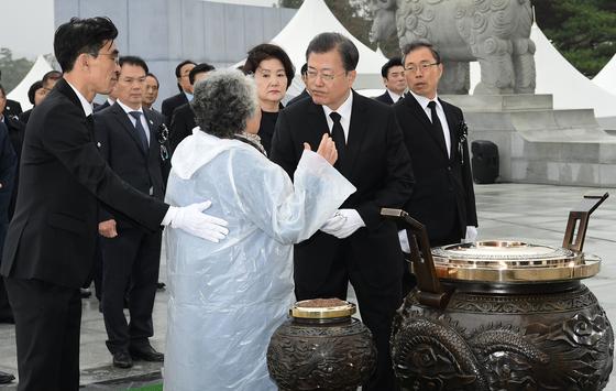 윤청자씨가 지난 27일 국립대전현충원에서 열린 서해수호의 날 기념식에서 질문을 하고 있다. [청와대사진기자단]
