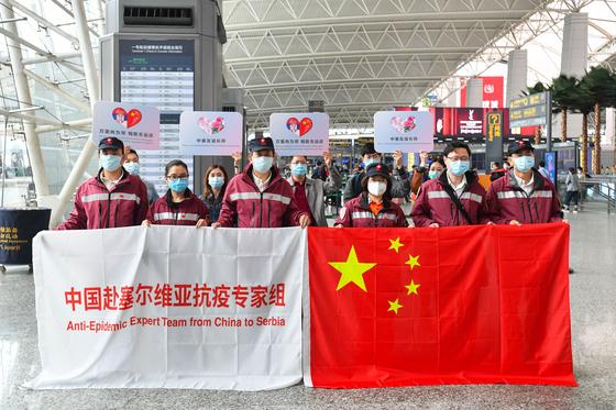 중국 광동성에서 세르비아로 파견될 전염병 전문가들이 지난 21일 광저우 공항에서 출정식을 열고 있다. 신화=-연합뉴스