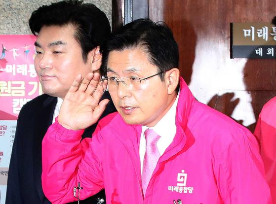 미래통합당 황교안 대표가 지난 30일 국회에서 열린 중앙선거대책위원회의를 마친 뒤 기자의 질문을 듣고 있다. 오종택 기자