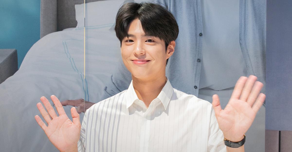 손을 흔들고 있는 배우 박보검. 뉴스1