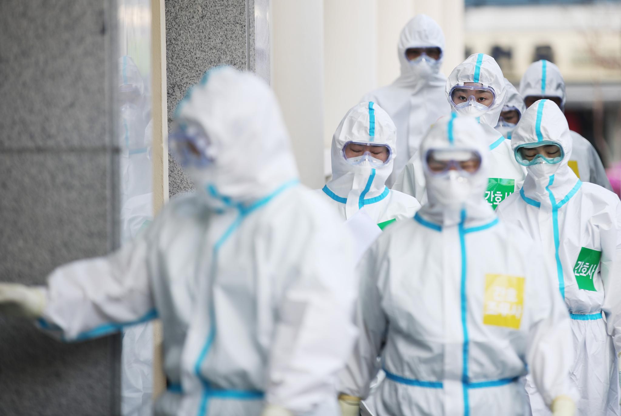 31일 오전 대구시 중구 계명대학교 대구동산병원에서 마스크와 방호복을 착용한 의료진이 이동하고 있다. 연합뉴스