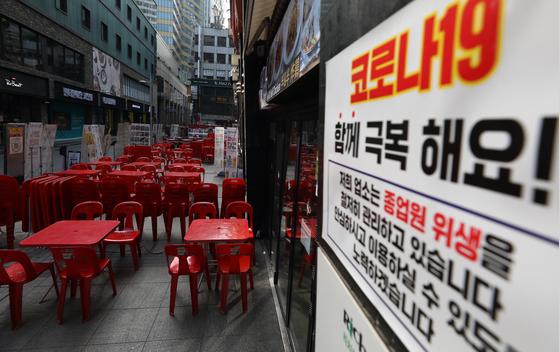 신종 코로나바이러스 감염증(코로나19) 여파로 휴업·폐업하는 매장들이 늘어가는 가운데 31일 오후 중구 명동 음식점에 테이블이 놓여져있다. 뉴스1