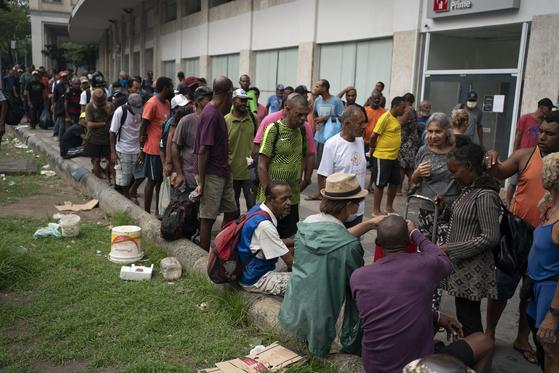 지난달 30일(현지시간) 브라질 리우데자네이루의 한 무료 급식소의 모습. 신종 코로나 감염증이 확산하고 있음에도 많은 사람들이 몰려들었다. [AP=연합뉴스]
