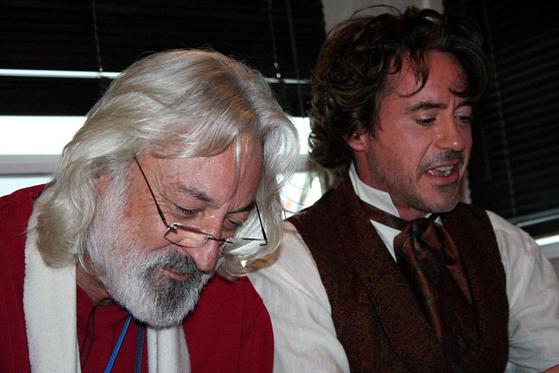 신종 코로나바이러스 감염증(코로나19)으로 숨진 앤드루 잭이 영화 '셜록 홈스'에서 로버트 다우니 주니어의 억양 코치로 작업할 때 모습. 사진 앤드루 잭 홈페이지