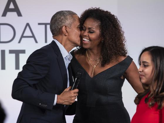 지난해 10월 시카고에서 열린 오바마 재단 행사에서 연단에 선 버락 오바마(왼쪽) 전 미국 대통령과 부인 미셸 여사. [AP=연합뉴스]