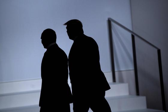 2019년 6월 28일(현지시간) 일본 오사카에서 열린 주요 20개국(G20) 정상회담에 참석한 블라디미르 푸틴 러시아 대통령(왼쪽)과 도널드 트럼프 미국 대통령. 연합뉴스