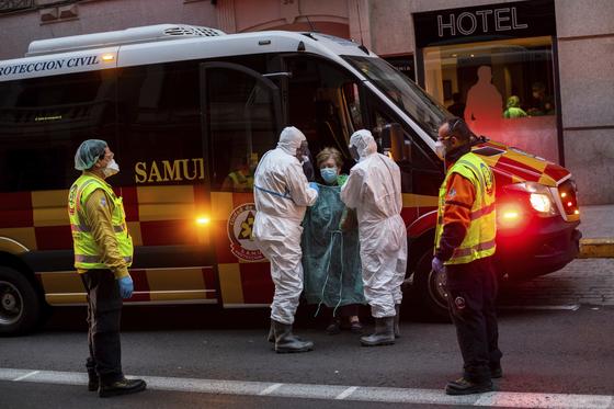 스페인 마드리드에서 의료진이 코로나19 임시 병원으로 바뀐 호텔로 환자를 이송하고 있다. AP=연합뉴스