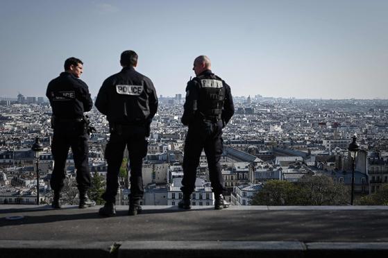 파리 몽마르트를 순찰하는 프랑스 경찰관들의 모습. AFP=연합뉴스