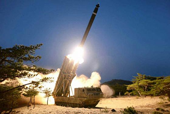 북한은 지난달 29일 발사한 단거리 탄도미사일 추정 발사체가 '초대형 방사포'라고 주장했다. 30일 노동신문은 관련 사진을 게재했다. [연합뉴스]