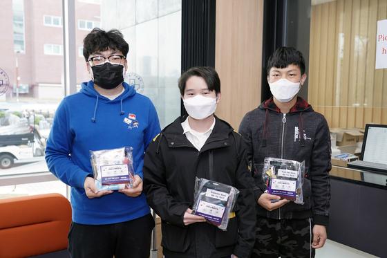 격려물품을 전달받은 외국인 학생들