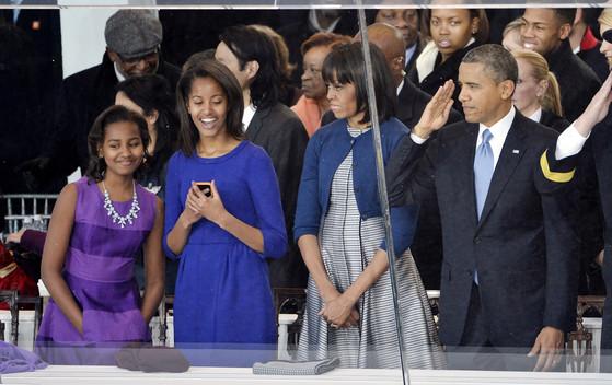 2013년 버락 오바마 대통령이 두번째 대통령 임기를 시작하던 날 그의 가족의 모습. 왼쪽부터 딸 사샤, 말리아, 미셸 여사, 오바마 당시 대통령. [UPI=연합뉴스]