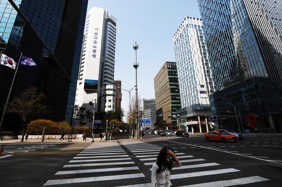 신종 코로나바이러스 감염증(코로나19) 확산으로 기업 체감경기가 외환위기 이후 가장 큰 폭으로 악화 가운데 31일 오후 서울 중구 을지로에서 회사원이 발걸음을 재촉하고 있다. 뉴스1