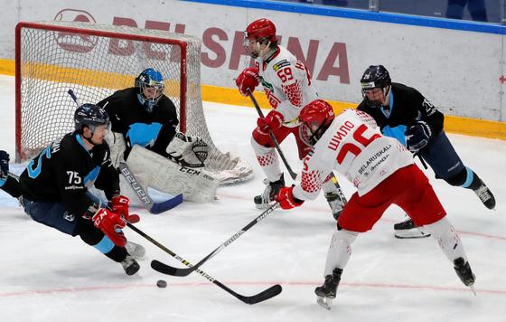 코로나19로 각종 스포츠경기가 중단되고 있는 가운데 벨라루스 민스크에서 30일(현지시간) 민스키 주브리와 U17의 아이스하키 플레이오프 경기가 열리고 있다. [로이터=연합뉴스]