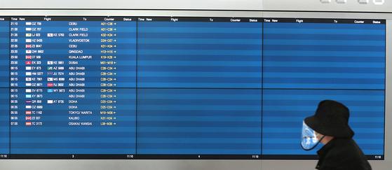 코로나19가 퍼지면서 전 세계 항공사가 운항을 대폭 축소했다. 평소 빽빽히 차 있던 인천국제공항의 출도착 안내판이 텅 비어 있는 모습. [중앙포토]