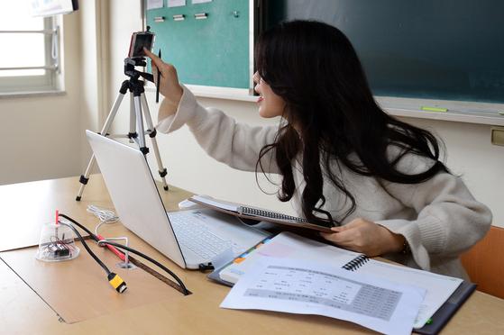 1일 오전 광주 북구 지산중학교에서 한 중3 담임교사가 휴대전화 앱의 실시간 방송 기능을 활용해 학급 조회를 하고 있다.교육부는 전날 신종 코로나바이러스 확산을 막기 위해 오는 9일 고등학교 3학년과 중학교 3학년을 시작으로 4월20일까지 학년별로 순차적으로 '온라인 개학'을 한다고 발표했다. 뉴스1