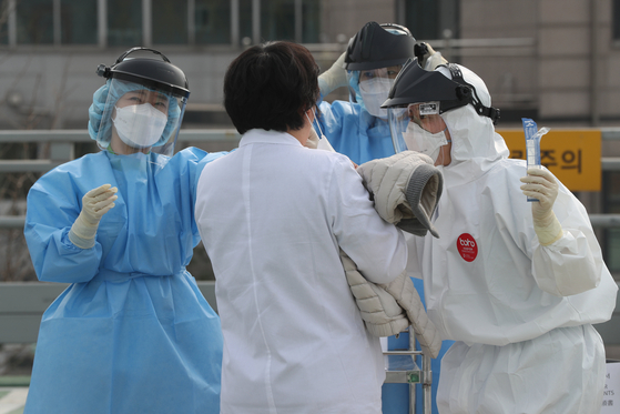 코로나19 검진하는 의정부성모병원  (의정부=연합뉴스) 임병식 기자 = 1일 신종 코로나바이러스 감염증(코로나19) 집단 감염 발생으로 폐쇄가 결정된 경기도 의정부시 가톨릭대 의정부성모병원에서 병원 관계자들이 코로나19 검진을 받고 있다. 2020.4.1  andphotodo@yna.co.kr(끝)〈저작권자(c) 연합뉴스, 무단 전재-재배포 금지〉