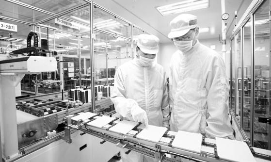 LG화학 충북 청주 오창테크노파크의 전기차용 배터리 생산라인에서 직원이 제품을 살펴보고 있다. 사진 LG화학