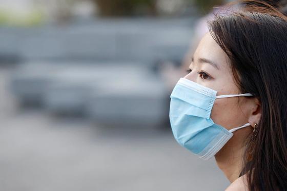 오랜 시간 마스크를 착용해 생기는 피부 문제가 또 하나의 고민거리가 됐다. [로이터=연합뉴스]
