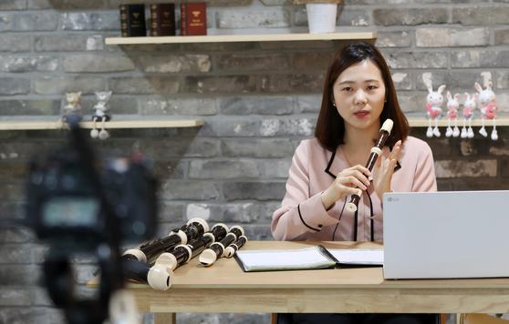 26일 오전 강원 춘천시 강원도교육청에서 교사가 온라인 음악 수업을 진행하고 있다.  연합뉴스