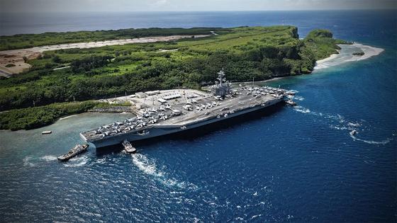 지난달 26일 핵항모 시어도어 루스벨트함(CVN 71)이 예인선에 끌려 괌에 입항하고 있다. [사진 미 해군]