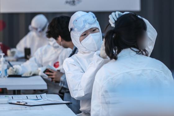 지난달 30일 오후 서울 서초구보건소 선별진료소에서 시민들이 신종 코로나바이러스 감염증(코로나19) 검사를 받고 있다. [뉴스1]