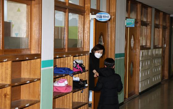 지난달 2일 오전 경기도 고양의 한 초등학교에서 긴급돌봄교실 선생님이 학생을 맞이하고 있다. 연합뉴스