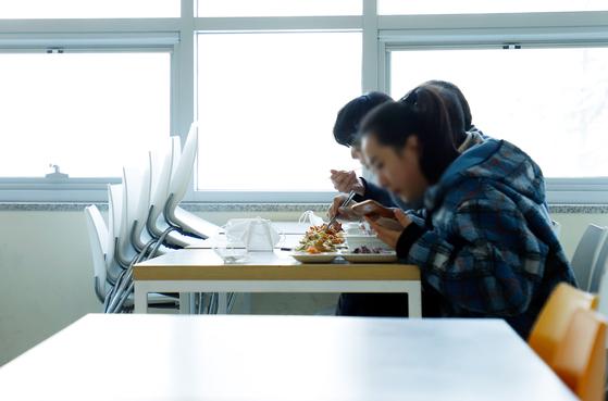 상명대 '거리두기 실천' 학생식당 마주보기 금지, 식사 시간대 분산