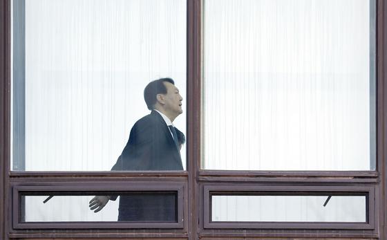 윤석열 검찰총장이 18일 서울 서초구 대검찰청에서 점심식사 후 집무실로 향하고 있다. [뉴시스]